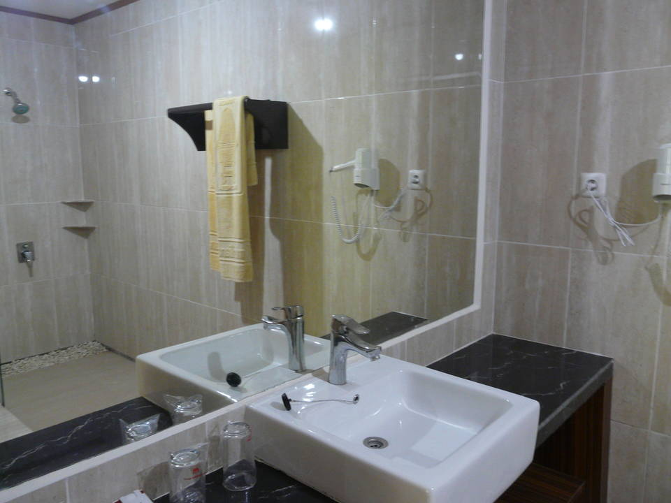 Misiliana hotel in torajaland op sulawesi indonesi van verre middenklasse - Kamer van rustieke chic badkamer ...